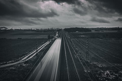 Paso del tren (Sergio Nevado) Tags: tren train alava araba pais vasco euskadi basque country blanco negro black white cielo sky nubes clouds movimiento movement invierno winter