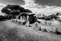 (loroche25) Tags: bretagne finistère dolmen plouhinec noirblanc canon canon1022 monochrome canoneos600d canonefs1022