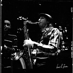 82 (louis.r.zurn) Tags: hasselblad500cm hasselblad 500cm 6x6 120 film 120film newyorkcity zeissdistagon zeiss50mmc zeiss50mmdistagon hp5 ilfordhp5 hp5ei800 ilfordfilm filmphotography streetphotography nycphotography newyorkcityfilmphotography hc110 blackandwhite blackandwhitefilm homedeveloping streetmusicians saxophoneplayer