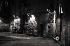 Nightfall in the square . (  Cau la nit a la plaça  ) (Alex Nebot) Tags: street photostreet calle plaza plaça square barcelona barcelone bcn barna bn monocromo blackanwhite blackandwhite biancoenero gotic gotico night noche nit barri barrio quarter catalunya catalonia nikon nikonista d7200 sigma photographer