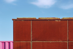 Pretty in pink. 3 clouds, 2 containers, 1 blue sky. (Gudzwi) Tags: sky bluesky himmel blauerhimmel rost lack paint pink blau rostrot russet kontrast contrast asymmetrie asymmetry rechteck rectangle rust rostig rusty neu new old alt abstract abstrakt minimalism minimalistisch 7dwf prettyinpink hübschinpink 7dwftuesdayscttcrazytuesdaythemeprettyinpink ctt geometric geometrie