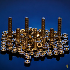 Gewinde ohne Ende (scaalar) Tags: macromondays fasteners schrauben muttern m4 m3 edelstahl gold silber blau metall gewinde