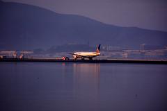 United1 (ianj126) Tags: san francisco sfo boeing united sunset contrast lights airport runway bay area