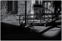 Le temps de lire ! (bertranddorel) Tags: mono noiretblanc bnw nb bn bw contrast nikon 50mm nikkor saintmalo intramuros bretagne france europe chateau remparts homme people man city ville street rue sreetphoto livre lecture assis mur wall