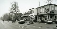 Heelsum Utrechtseweg 49 kapper Jansen en de Vivo Foto ca 2000 Collectie HGR (Historisch Genootschap Redichem) Tags: heelsum utrechtseweg 49 kapper jansen en de vivo foto ca 2000 collectie hgr