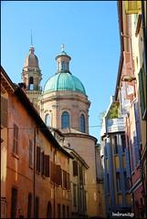 scorcio (imma.brunetti) Tags: reggioemilia emiliaromagna italia edifici cupola campanile scorcio vicolo case finestre tetti grondaie cornicioni