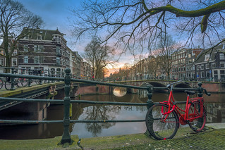 A red bike by the Brouwersgracht.