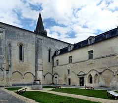 Bassac - Abbaye Saint-Étienne (Martin M. Miles (on the road again...)) Tags: bassac abbayesaintétienne stylesaintongeais cloister saintonge charente 16 nouvelleaquitaine france