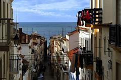 Rua 3 de dezembro - Nazaré (Manuel Chagas) Tags: manuelchagas nazaré portugal praia beach olympus em1 omd mft m43 zuiko mzuiko olympus75mmf18 mzuiko75mmf18 narrowstreet rua street balcony varanda