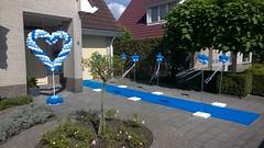 ballondecoratie langs blauwe loper