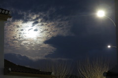 La luna llena (Micheo) Tags: granada spain luna fullmoon nubes luces lights farolas streetlamps casa home night noche