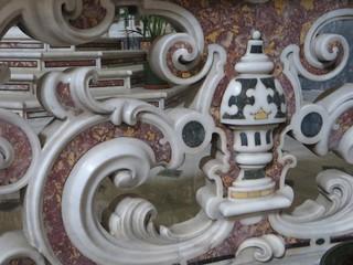 Marqueterie de marbres, clôture du maître-autel, église baroque (1627), Santa Maria di Caravaggio, piazza Dante, Naples, Campanie, Italie.