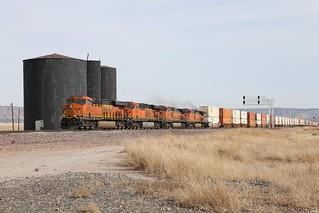 BNSF stack train Q-CHISBD6-08 hustles West through Pica, Az.