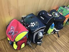 """Der Schulranzen. In diesen Schulranzen tragen Schüler ihre Bücher und Hefte in die Schule. Natürlich ist auch eine Brotzeit drin, also Essen. • <a style=""""font-size:0.8em;"""" href=""""http://www.flickr.com/photos/42554185@N00/39531188085/"""" target=""""_blank"""">View on Flickr</a>"""