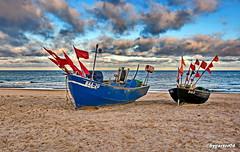 Fischerboote am Strand (garzer06) Tags: ostsee wolken deutschland mönchgut mecklenburgvorpommern strand rot strandsand boote fischerboote vorpommern inselrügen wolkenhimmel insel vorpommernrügen wellen rügen