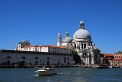 Basílica de Santa María de la Salud (Venecia, Italia, 17-6-2017) (Juanje Orío) Tags: 2017 venecia venezia italia italy patrimoniodelahumanidad worldheritage basílica iglesia church canal agua water barco boat religión
