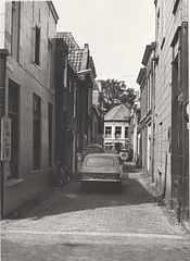 Arien Brandsteeg vanuit Kruisstraat gezien (24 juli 1979) (Barry van Baalen) Tags: gorinchem gorcum gorkum foto photo monochrome alley steeg 1979