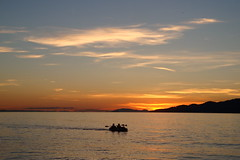 Paddling Into The Sunset (ericgrhs) Tags: ocean kanu canoe canada vancouver sunset sundown sky clouds mountains berge