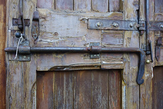 Antico portone con catenaccio e serrature artigianali. Ancient main door with handmade sliding locks (Secret Bologna)