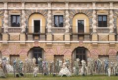 bella Italia (rudolf eremit) Tags: figuren italien puppen kunst ausstellung skulpturen fasade festgesellschaft fest architektur gesellschaft kopflos