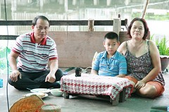 family portrait (the foreign photographer - ฝรั่งถ่) Tags: family portrait mother father son sitting eating khlong thanon portraits bangkhen bangkok thailand canon
