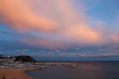 Capvespre de foc i flames (Albert T M) Tags: blanes portdeblanes costabrava mediterrani mediterraneo capvespre postadesol atardecer núvols nubes catalunya catalonia catalogne cataluña