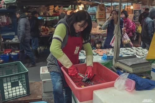 在寒冷的街上尋找一絲人情味,不知不覺走進了一座市場中,魚販後方的小女孩天真的說著魚很可愛,讓我想起小時候常跟爸爸去市場買菜,那時最討厭的就是魚攤了,總是飄著魚腥味,每次經過總是要憋氣,然而現在長大了,常去市場買菜的我也習慣了那腥味,小時的厭惡感也隨著習慣漸漸沖淡,留下的是跟爸爸去買菜的回憶。