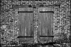Marigné-Laillé (Sarthe) (gondardphilippe) Tags: marignélaillé sarthe maine paysdelaloire noiretblanc blackandwhite monochrome porte door sundaylights
