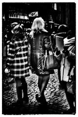 Jeu de dames !!! (Des.Nam) Tags: nb noiretblanc noirblanc nikon noir bw blackwhite monochrome mono flou desnam d800 2470f28 street streetphotographie blurring vitesselente contraste silverefex personnes people photoderue photofloue blur