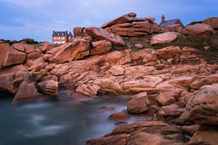 La maison de Mean Ruz et la chapelle (Thomas Vanderheyden) Tags: bretagne ciel colors cotesdarmor coucherdesoleil couleur france fujifilm landscape light lumiere mer paysage roc roche sea sky sunset thomasvanderheyden xt1 mean ruz phare maison house beautifulearth longexposure poselongue granit