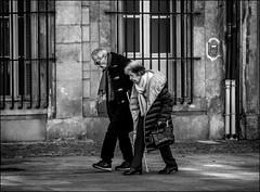 Pesantes années.../ Heavy years... (vedebe) Tags: humain human people ville city street rue urbain urban noiretblanc netb nb bw monochrome