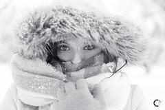 Maite Bajo la Nieve. (Carlos Velayos) Tags: retrato portrait blancoynegro blackandwhite chica girl mujer woman monocromo monochrome nieve snow invierno winter