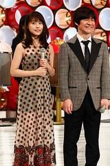 有村架純  年度樂壇盛會《紅白歌唱大賽》今晚舉行。香港《蘋果日報》提供  日本NHK電視台年度樂壇盛會《紅白歌唱大賽》將在今晚舉行(台灣時間今晚6點15分播出),前天開始,演出單位已到NHK會堂參與綵排工作,青春女星有村架純,連續2年擔任紅組司儀,這次與二宮和也、內村光良合作,有村架純還會與Hey!Say!JUMP成員、舊愛岡本圭人難得同台。  香港《蘋果日報》報導,有村架純今天穿上鮮紅晚裝繼續開工,曬肩露玉背,十分養眼。   至於其他單位,今天也都作最後衝刺,包括三代目J Soul Brothers、三