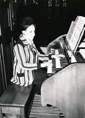 Suzanne Chaisemartin bespeelt het Adema-orgel, St.-Agathakerk, Lisse, 21 september 1974. Foto: Klaas Schippers.
