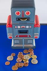 Moneybot - Stillleben (2) (DOKTOR WAUMIAU) Tags: fotoprojekt fuji fujifilm fujilove fujix fujixt20 ishootraw lightroom missionfoto2017 stillleben missionfoto robot money 500px