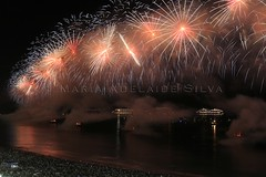 Fogos de Ano Novo 2018 no Rio - New Year 2018's fireworks at Rio (adelaidephotos) Tags: fogos anonovo 2018 fireworks newyear praia copacabana beach rio riodejaneiro brasil brazil mar sea mariaadelaidesilva