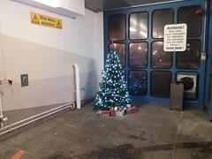 Schöne Weihnachtstage und eine ruhige Zeit zwischen den Jahren. (QQ Vespa) Tags: weihnachten weihnachtsbaum christmastree christmas ukm uniklinikmünster münster achtung bittemotorabstellen rettungsdienst urban hospital garage
