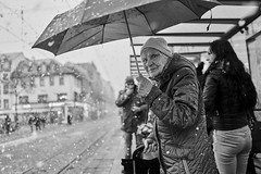 Mannheim Street Frau 371 b&w (rainerneumann831) Tags: bw blackwhite street streetscene ©rainerneumann urban monochrome candid city streetphotography blackandwhite frau schnee regenschirm mannheim portrait marktplatz