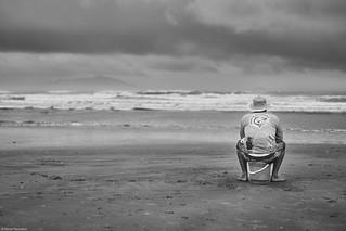 Brasilien 2017-2018 Itapirubá Mann mit Hut am Strand