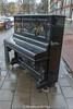 Wandel vondst (Marjon van der Vegt) Tags: denhaag winter piano avondlucht sneeuwpoppen engelen wandelvondst thorbeckelaan opstraat straatfotografie