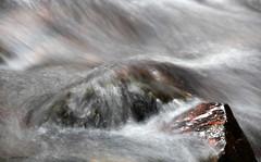 Échoué / Aground (deplour) Tags: échoué aground roche pierre rock eau water