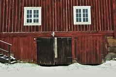 :O (Stefano Rugolo) Tags: stefanorugolo pentax k5 pentaxk5 smcpentaxda1855mmf3556alwr house windows wood red countryside hälsingland sverige sweden face stairs door barn ladugård vägg fönster