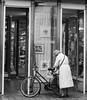 Brussels (nesachenesache) Tags: woman bicycle bicicleta bn blancoynegro brujas bruselas brussels