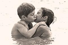 The kiss (Ciceruacchio) Tags: kiss baiser bacio imagine dreamer johnlennon france francia frankreich minoltasrt101 water