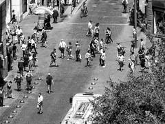 Santiago de Chile (Alejandro Bonilla) Tags: santiago chile street city urban bw black white blancoynegro blackandwhite bn blanconegro ciudad calle chilenos callejero altura en picada