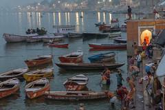 Sur les ghats de Bénarès, Uttar Pradesh, Inde (Pascale Jaquet & Olivier Noaillon) Tags: bateaux bainrituel gange pélerins religionhindouisme rivière ghats bénarès uttarpradesh inde ind
