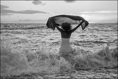 un juego (Charles_RAMOS-iVision18000) Tags: ocean playa wave beach photography photo nikon d500 reflex foam girl apsc seaside monochromatic monochrome blackandwhite nikkorlens sun hot sunset white black seashore woman water breathe outdoor textile life lifestyle inspiration sky clouds horizon light