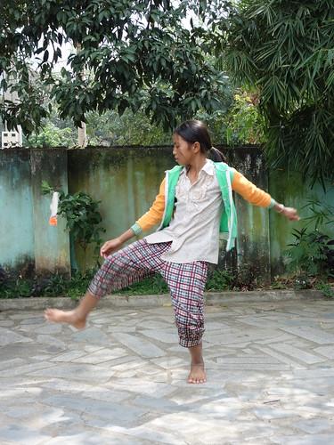Une autre petite fille jouant avec un jeu courant ici (il s'agit d'un volant avec lequel il faut jongler ou se faire des échanges)