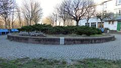 1993 Berlin Landschaftsbrunnen von Klaus Noculak Mylauer Weg 1 im Quartier Kastanienallee in 12627 Hellersdorf (Bergfels) Tags: skulpturenführer bergfels 1993 1990er 20jh nach1989 berlin landschaftsbrunnen brunnen fontäne wasserspiel klausnoculak knoculak noculak mylauerweg quartierkastanienallee 12627 hellersdorf skulptur plastik beschriftet trocken guessedberlin gwbsurfer321meins