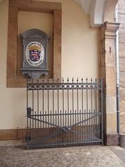 Im Eingang zum Hohhausgarten. (dorotheazinsser) Tags: lauterbach oberhessen hessen eingang briefkasten alt tor hohhaus